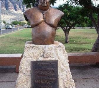 ワイアナエにある IZ の銅像: