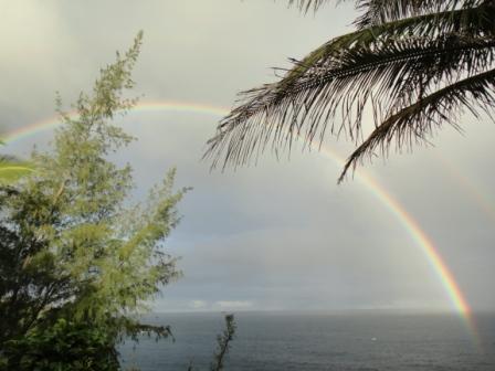 ハワイ島。海にかかる虹。